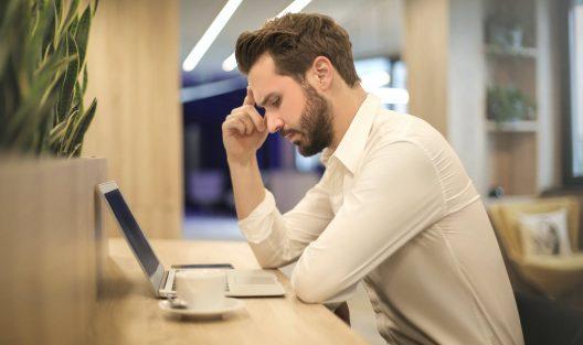 Psycholog czy psychiatra - kogo wybrać na pierwszą konsultację online?